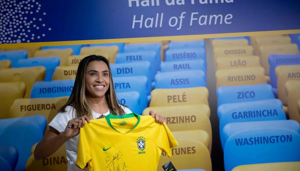 HALL OF FAME: Marta Vieira da Silva poserer foran Maracana Stadions Hall of Fame, hvor navnet hennes også pryder veggen. Foto: Photo by Mauro PIMENTEL / AFP