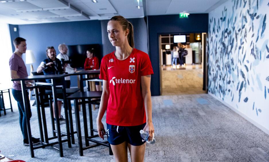 BLE KONTROLLERT: Caroline Graham Hansen måtte vente lenge i dopingkontroll før hun kunne dra hjem fra Stade Auguste-Delaune i natt. Foto: Stian Lysberg Solum / NTB scanpix