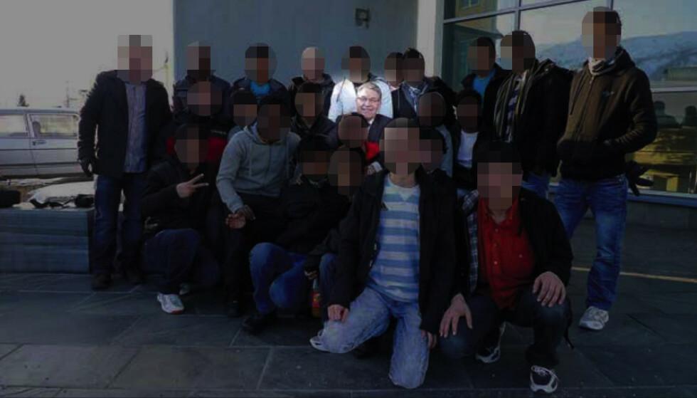 BESØK: Fylkesmannen i Troms sendte i 2010 ut dette bildet fra da 20 enslige unge asylsøkere var invitert på lunsj hos fylkesmann i Troms, Svein Ludvigsen. Tiltalen omfatter forhold fra året etter.