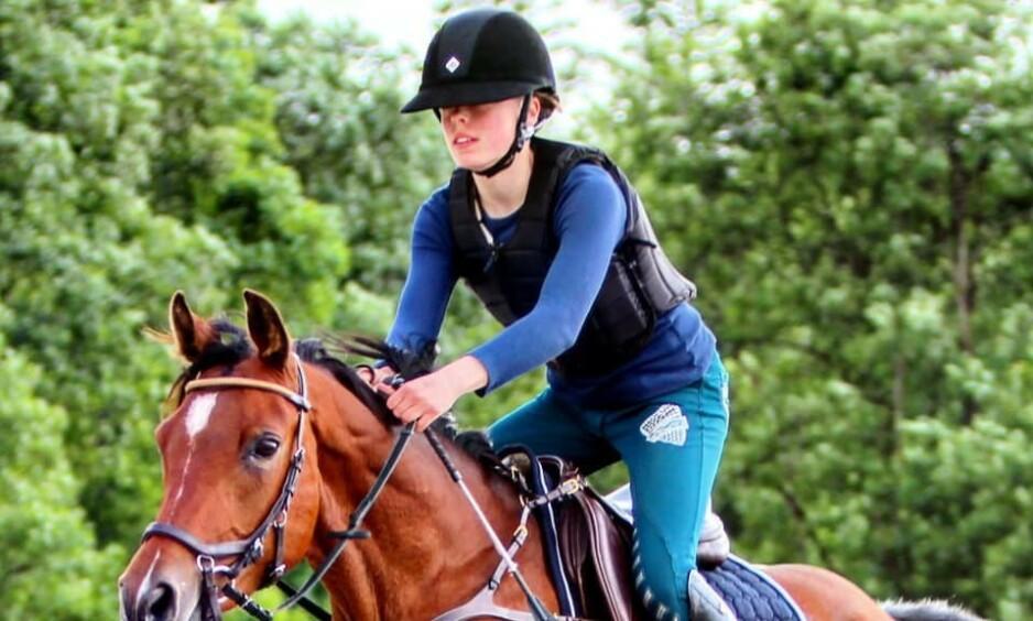ELSKET HESTER: Amalie Rosland Bø hadde en stor forkjærlighet for hester. Her sammen med Little Lady. Foto: Privat