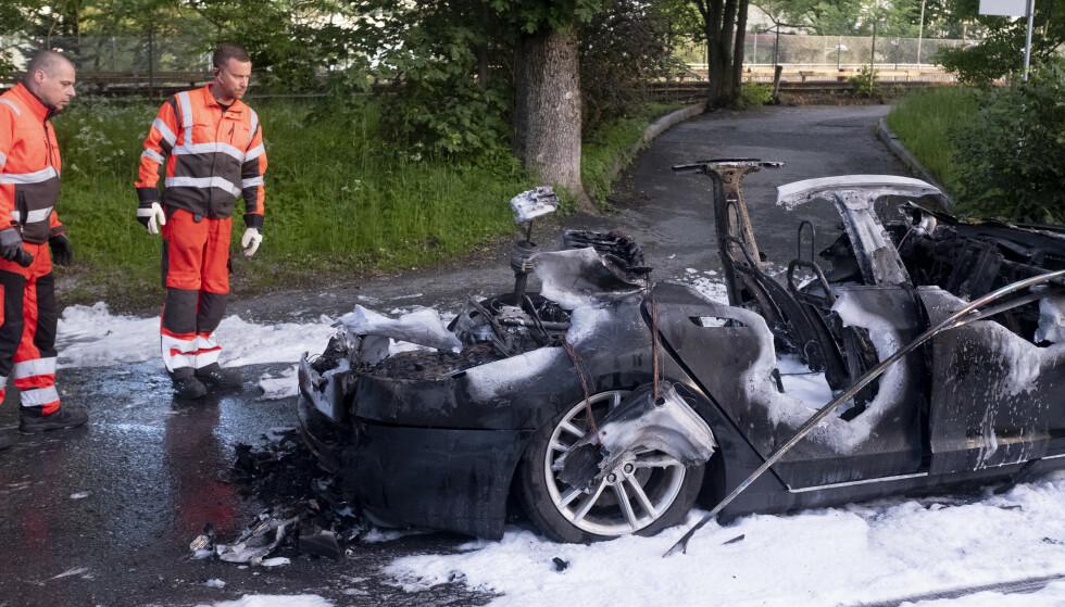 OSLO: To biler har tatt fyr på Tåsen i Oslo natt til mandag andre pinsedag. Politiets teori er at bilene skal ha blitt påtent. En tredje bil er også rammet av brannen. Foto: Fredrik Hagen / NTB scanpix