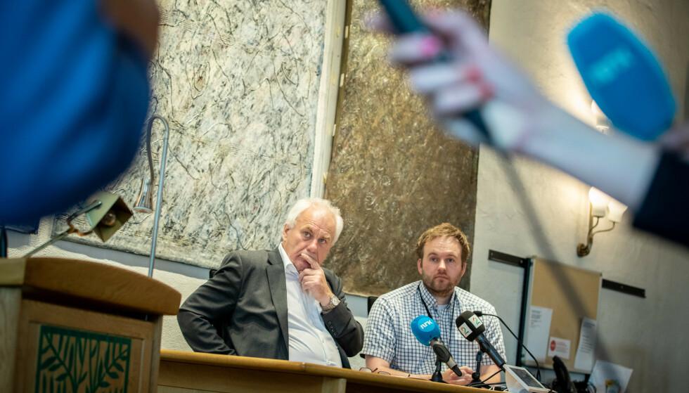 NASJONAL INTERESSE: Varaordfører Bård Espelid (til venstre) og smittevernlege Arild Iversen på pressekonferansen i Askøy maqndag formiddag. Foto: Eivind Senneset.