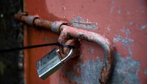 LÅST: Kommunen og politiet har tatt vannprøver fra det gamle vannmagasinet i Øvre Kleppe. Magasinet er stengt og døra er låst med en stor hengelås. Den er også forseglet. Foto: Eivind Senneset/Dagbladet