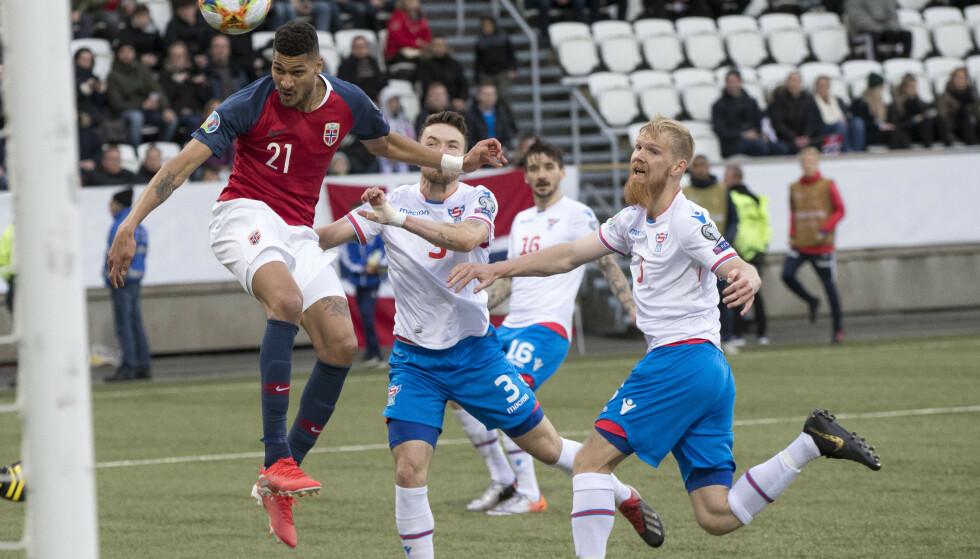 DOBBEL FRA BJØRN MAARS: Bjørn Maars Johnsen scorer 1-0 og gir Norge en viss ro tidlig i andre omgang. Men det var først da han doblet ledelsen sju minutter før slutt, etter at hjemmelaget hadde et gigantisk sjanse på corner, det var mulig å trekke et lettelsens sukk. Så nær var Norge den fulkomne skandalen på Færøyene. Foto: Terje Pedersen / NTB scanpix