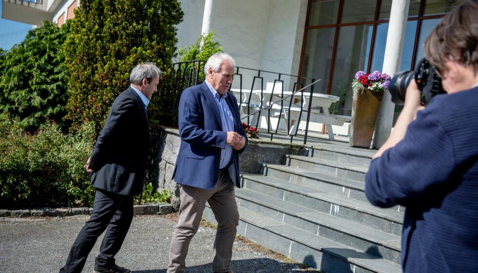 UNDER STERKT PRESS: Askøys ordfører Terje Mathiassen (til venstre) og varaordfører Bård Espelid etter formiddagens krisemøte. Foto: Eivind Senneset.