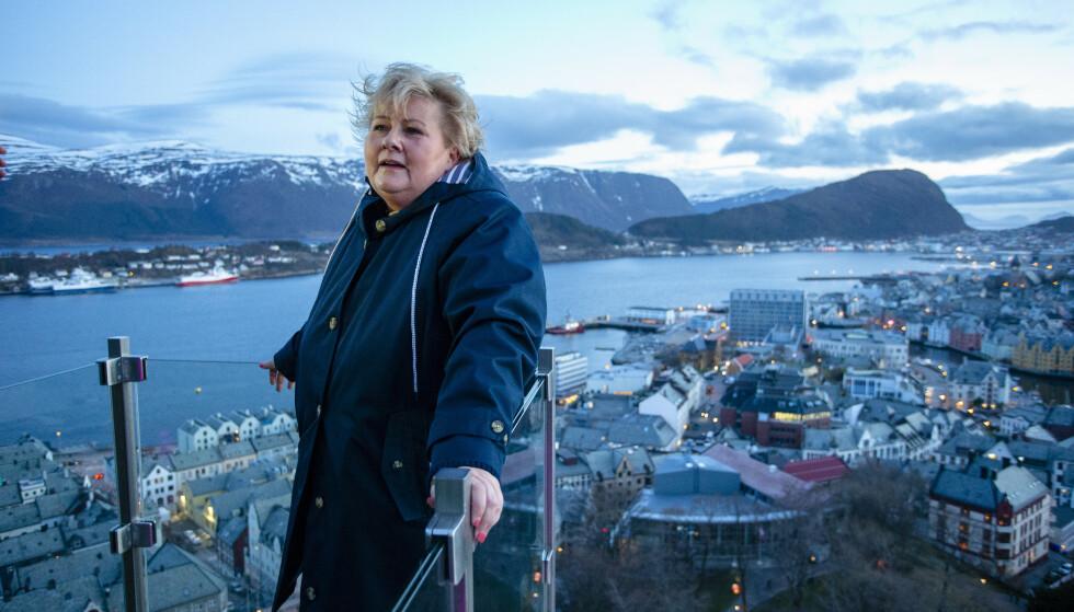 VÆR, VIND OG VANN: Det er nok av alt dette i Norge. Her er statsminister Erna Solberg (H) på utsiktspunktet Byrampen i Fjellstuetrappene i Ålesund. Hun sier rent vann skal være en selvfølge i Norge. Men er det slik? Foto: Svein Ove Ekornesvåg / NTB scanpix