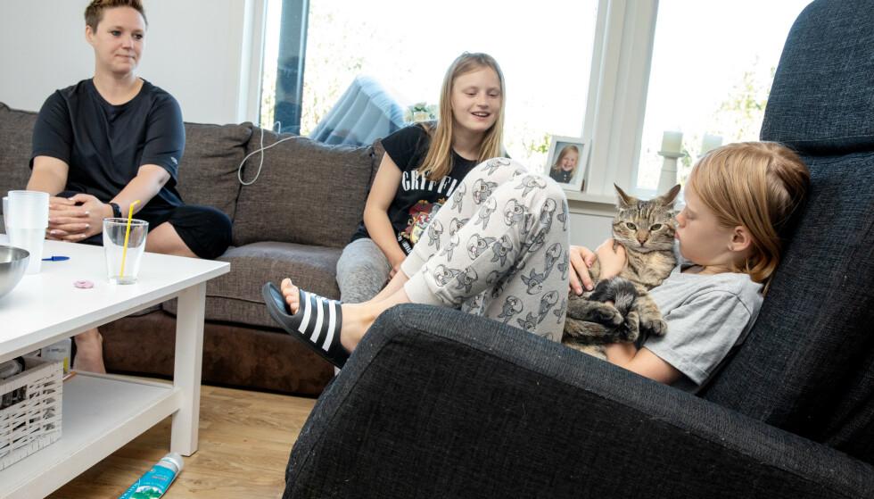 LÆRER OG ELEVER: Lærer Hilde Daae Johannessen var hjemme fra jobben mandag - det var også døtrene og elevene Madeleine (12) og Hanna (7). Foto: Eivind Senneset / Dagbladet