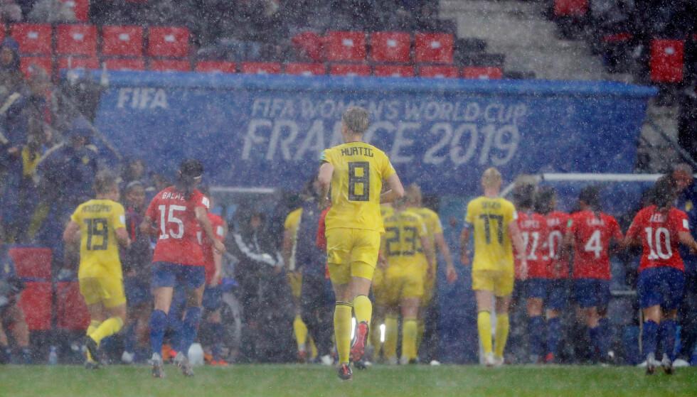 LYN OG TORDEN: Et skikkelig uvær gjorde at Sveriges VM-kamp ble midlertidig avbrutt. Foto: REUTERS/Stephane Mahe/NTB Scanpix