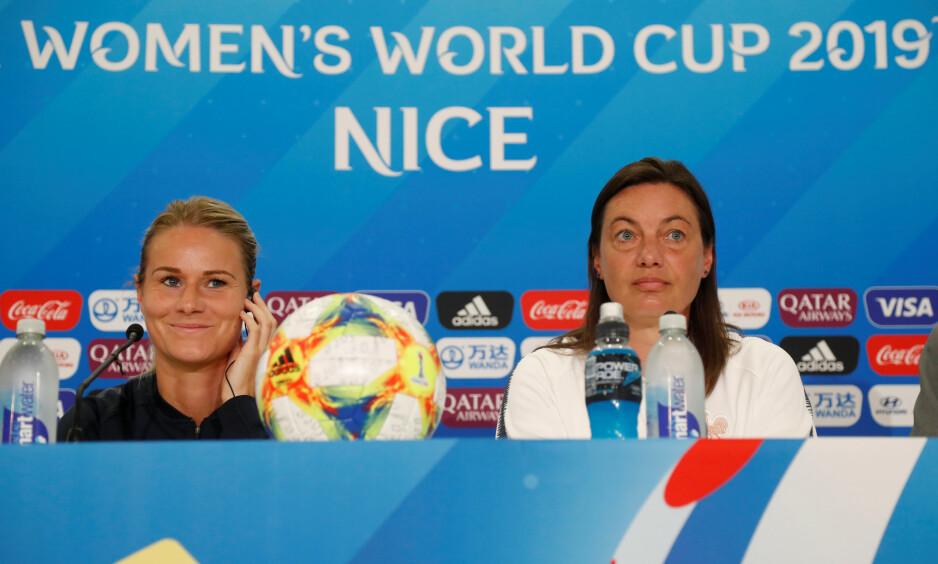 PRESSEKONFERANSE: Amandine Henry og Corinne Diacre på presskonferanse før kampen mot Norge. Foto: NTB Scanpix