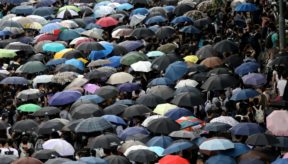 PARAPLY-DEMO: Også for fem år siden, i 2014, forsøkte Hongkongs paraply-bevegelse å få regjeringen inn på et mer demokratisk styresett, men mislyktes da. Nå er paraplyene og protestene tilbake i Hongkongs gater, og et omstridt lovforslag er nå utsatt. Foto: Athit Perawongmetha / Reuters / Scanpix
