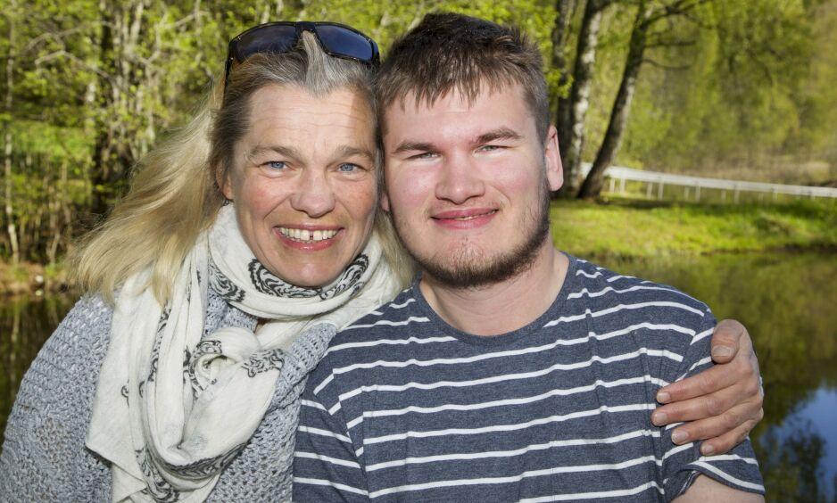 STOLT MAMMA: Remi Andersen var bare 22 år gammel da han i høst fikk beskjed om at han har muskelsykdommen ALS. Mamma Birgit er stolt av at sønnen velger å dele sin gripende historie i håp om at det skal inspirere til mer forskning på sykdommen. Foto: Svend Aage Madsen