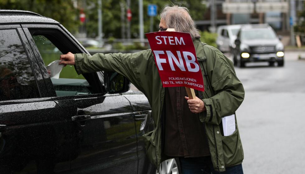 PROTEST: Oppmøtet var skralt da Folkeaksjonen nei til mer bompenger (FNB) arrangerte demonstrasjon i Oslo 1. juni. Oppslutningene i målingene viste en annen tendens. Dermed er det politiske manøvreringen igang, men hva skjer da med FNB?. Foto: NTB Scanpix
