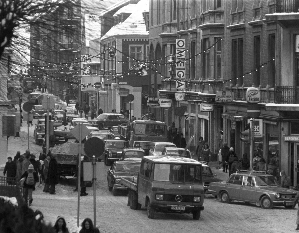 Bergen 197311. Nygårdsgaten i Bergen i formiddagstimene. Privatbilismen har tatt knekken på gaten, og det er lite morsomt å være fotgjenger. Foto Svein Kløvig / AKTUELL / SCANPIX