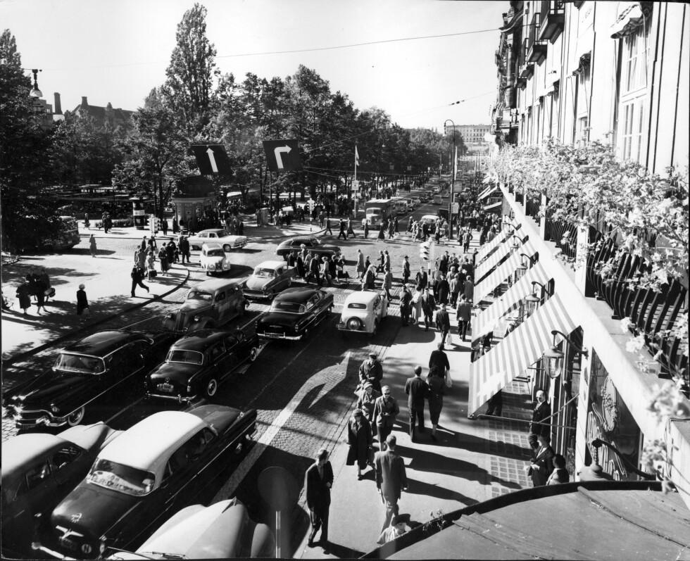 Oslo sommeren 1959. Karl Johans gate, oversikt over trafikk, biler, fotgjengere, folkeliv. Foto: Aage Storløkken /Aktuell / SCANPIX