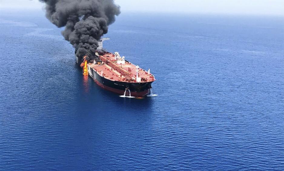 ESKALERT: En oljetanker tok fyr like ved det strategisk viktige Hormuzstredet i Persiabukta, etter et angivelig angrep 13. juni. Siden har ordkrigen eskalert. Foto: ISNA / AP / NTB Scanpix