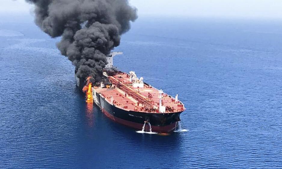 STORE SKADER: Tankskipet «Front Altair» ble torsdag utsatt for en eksplosjon i Omanbukta. Foto: AP / NTB scanpix