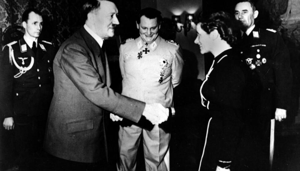 YNDLINGSPILOT: Det sa Adolf Hitler om Hanna Reitsch - som her blir gratulert etter at hun i 1941 mottok jernkorset av andre klasse. I bakgrunnen Hermann Göring. Foto: AP / NTB scanpix