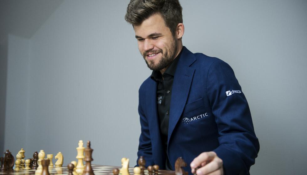 <strong>ETABLERER SJAKKLUBB:</strong> Magnus Carlsen har opprettet klubben Offerspill SK. Målet er å gi klubben 40 delegater i den kommende kongressen i Norges Sjakkforbund. Foto: NTB/Scanpix