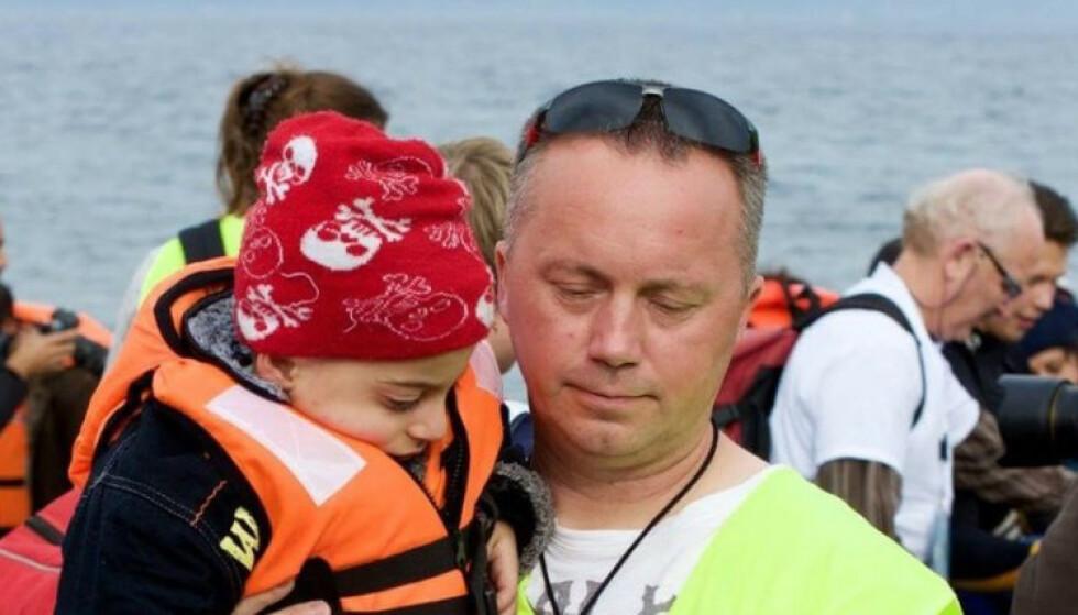 FRIVILLIG: Både i 2015 og 2016 var Tommy Olsen flere uker i strekk Lesbos, der han hjalp mange av flyktningene. Siden den gangen har han brukt svært mye av fritida si på å hjelpe enda flere mennesker i nød. Foto: Privat