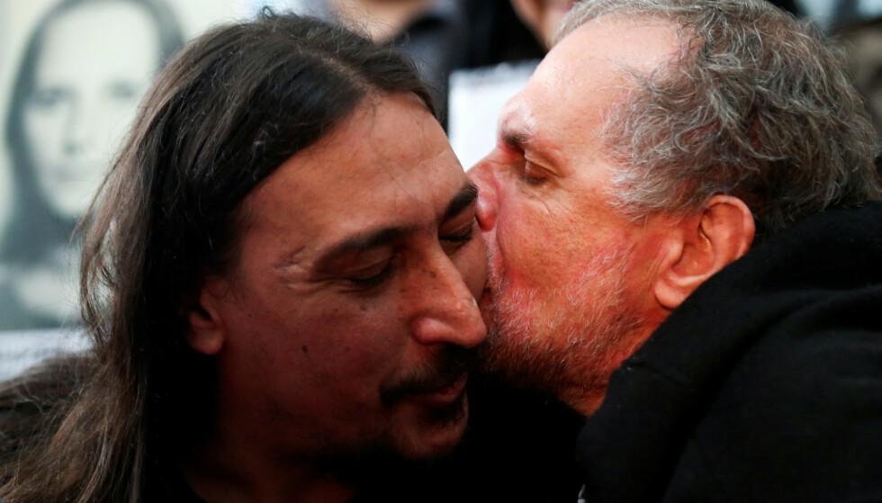 GJENSYNSGLEDE: Etter mer enn 40 år er Javier Darroux Mijalchuk endelig gjenforent med sin biologiske familie. Her får onkel Roberto Mijalchuk en varm omfavnelse. Foto: Reuters/NTB Scanpix