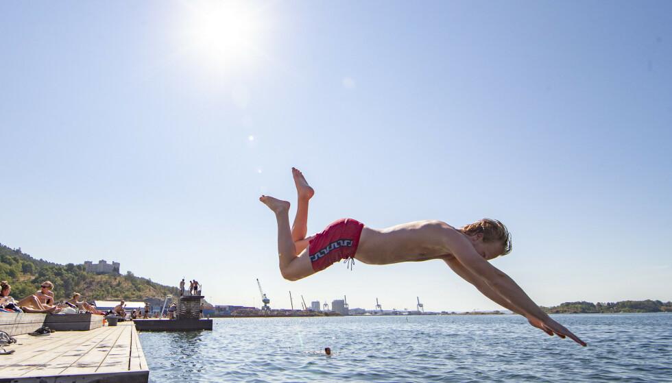 ÅRETS FØRSTE BAD? På lørdag kan vi endelig kjenne på litt ordentlig sommervarme. Foto: Foto: Fredrik Hagen / NTB scanpix