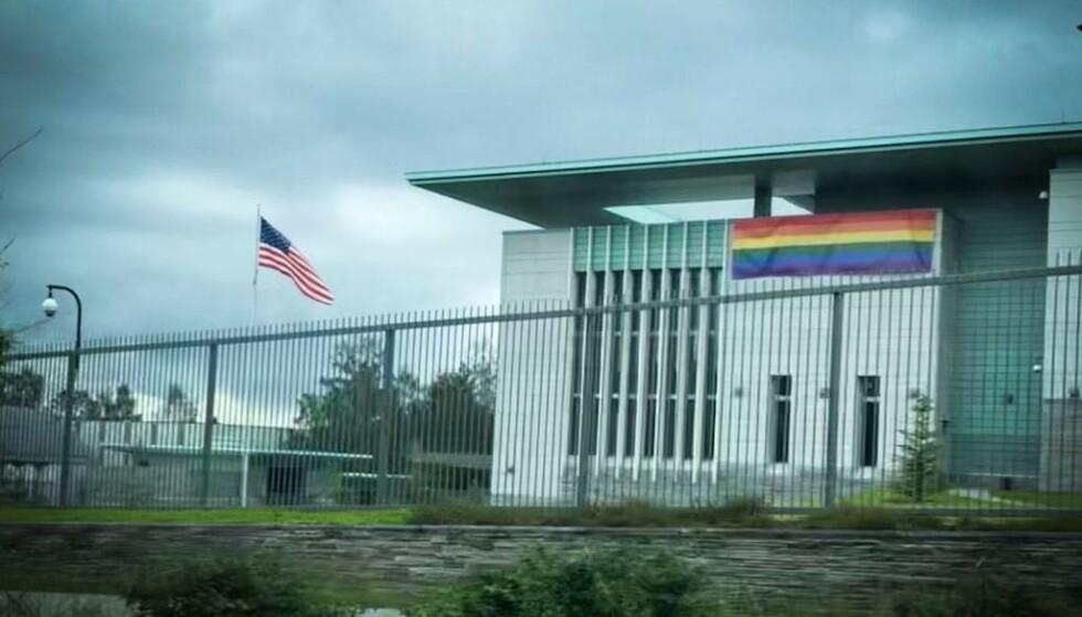 PRIDE: Den amerikanske ambassaden på Huseby i Oslo i går. Foto: Øistein Monsen