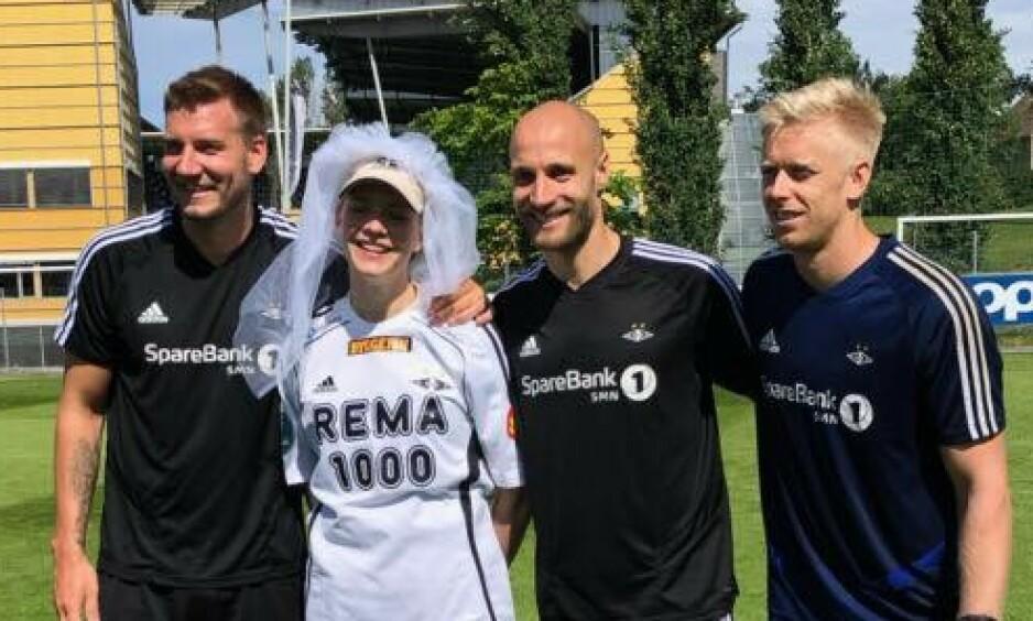 UTDRIKNINGSLAG: Den kommende bruden, Anne Venseth Stokkan, sammen med Nicklas Bendtner, Tore Reginiussen og Arild Østbø. Foto: Oda Holan Venseth.