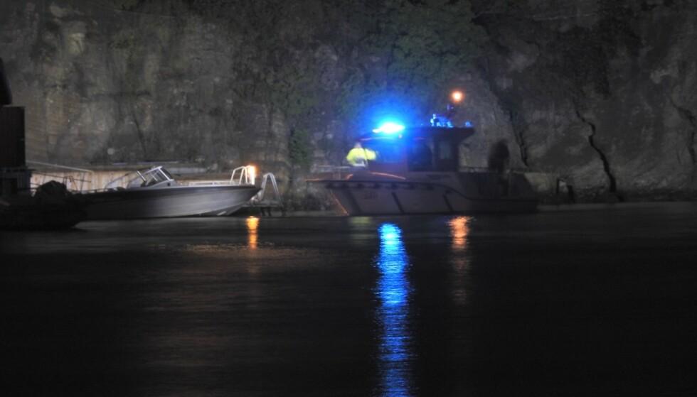 REDNINGSAKSJON: To personer er savnet etter at en båt sank ved Brevik i Telemark. Foto: Geir Norendal