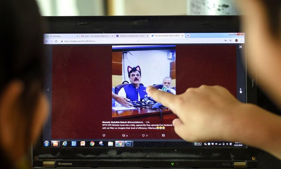 KATTEØRER: Pressekonferansen ble strømmet live på sosiale medier. Foto: Farooq Naeem / AFP / NTB Scanpix