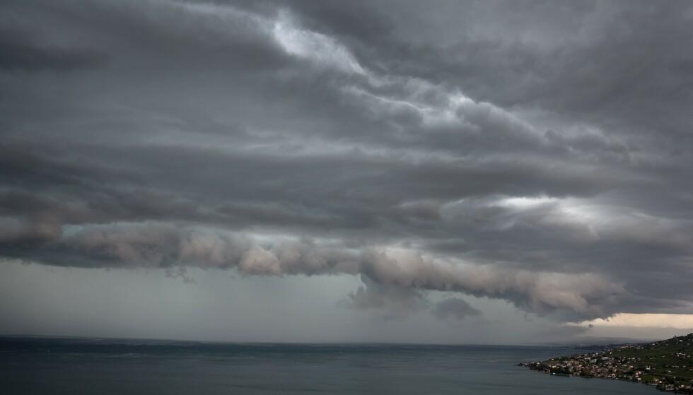 <strong>STORM:</strong> Dette bildet ble tatt av Genèvesjøen samme dag som den forferdelige ulykken inntraff. Stormen skal ha overrasket svensken og vennen hennes, og sørget for at båten deres kantret. Foto: AFP, NTB scanpix