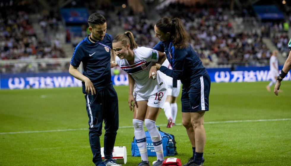 SKADET: Caroline Graham Hansen får hjelp av lege Said Tutunchian under VM-kampen i fotball for kvinner mellom Sør-Korea og Norge på Stade Auguste-Delaune. Foto: Stian Lysberg Solum / NTB scanpix