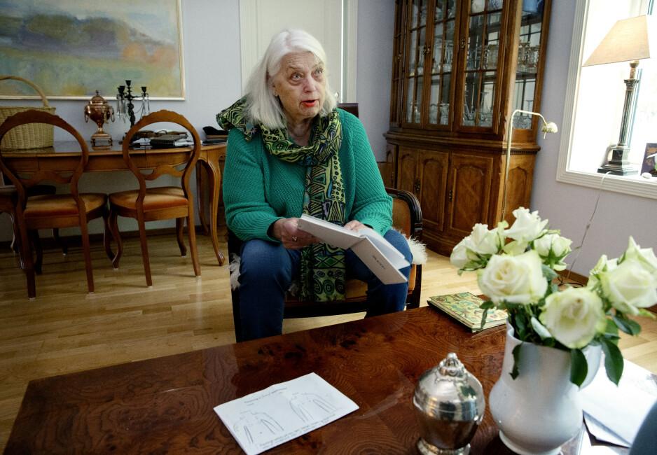 ETTERLYSER RESPONS: Bjørg Børrestad er opprørt over at hun ikke har fått tilbakemelding på sine klager til hjemmesykepleien. Hun mener også at hjemmesykepleien selv burde meldt inn avvik fra rutinene når det gjelder oppfølging av smertebehandling. FOTO: Kristin Svorte.