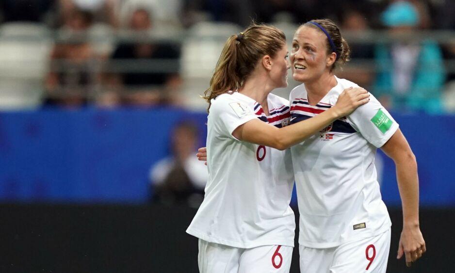 PROFILER: Isabell Herlovsen og Maren Mjelde er sentrale for det norske VM-laget. Foto: Lionel BONAVENTURE / AFP