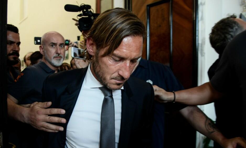 BITTER AVSKJED: Fransesco Totti kunngjorde mandag at han forlater Roma etter 30 år i klubben. - Hvis jeg skal tilbake til Roma, trenger vi først og fremst nye eiere, sier legenden. Foto: Filippo Monteforte / NTB Scanpix.
