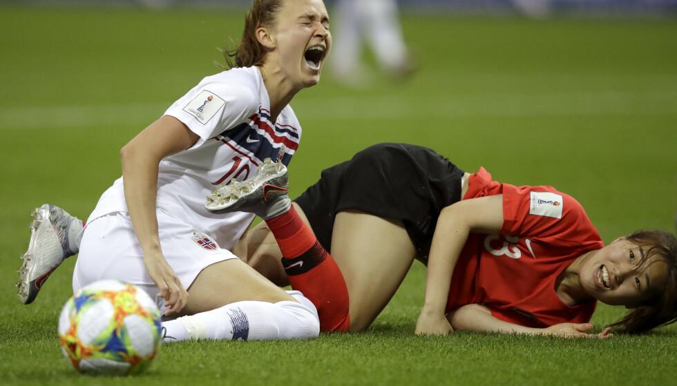 VONDT: Caroline Graham Hansen ble skadet i oppgjøret mot Sør-Korea, men er optimistisk med tanke på å rekke åttendedelsfinalen mot Australia. Foto: AP Photo/Alessandra Tarantino/NTB scanpix
