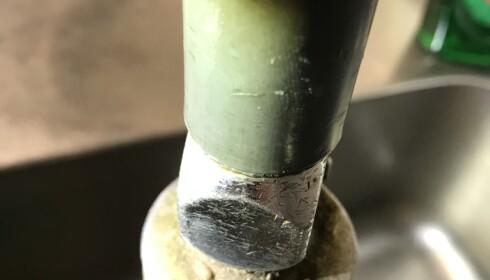 SKITTENT: Dette spylehodet i oppvasken var ikke rengjort. Foto: Mattilsynets inspektører