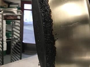 SKITTEN UNDER: Denne stekepanna hadde fastbrente matrester og fett på undersiden. Foto: Mattilsynet