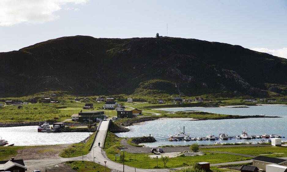 Beboere på Sommarøy i Troms har gått sammen for å innføre «tidsfri sone». Bildet er tatt fra Sommarøy, mot Hillesøya. Foto: Henning Lillegård / Dagbladet