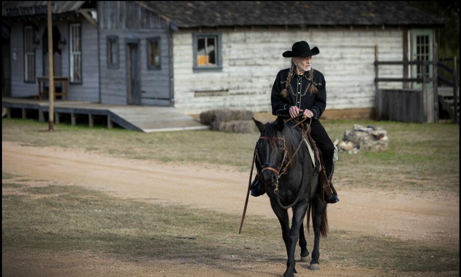 REDDER HESTER: I westernbyen Luck i Spicewood, Texas, har Willie Nelson 75 hester som egentlig skulle vært slaktet eller sendt til land «hvor de spiser hest» (som Mexico og Canada). Han har plass til dem i den lille byen, som ble bygd til westernfilmen «Red Headed Stranger» i 1986. Foto: Pamela Springsteen