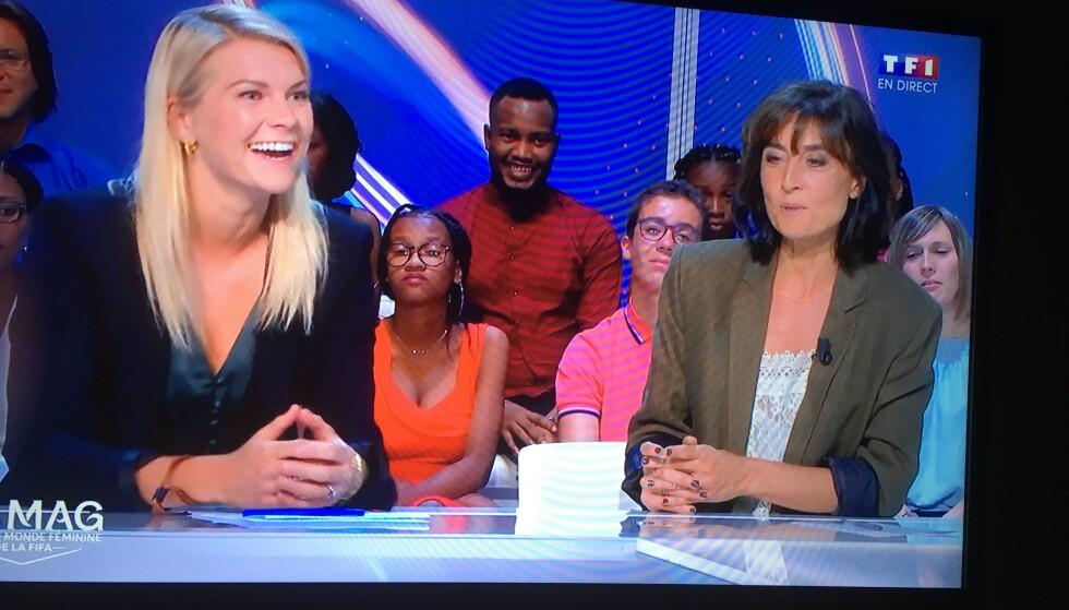 GOD STEMNING: Det var stort sett god stemning i TF1-studioet da Ada Hegerberg og Nathalie Ianetta oppsummerte kampen mellom Frankrike og Sør-Korea tidligere i VM. Foto: Skjermbilde fra TF1