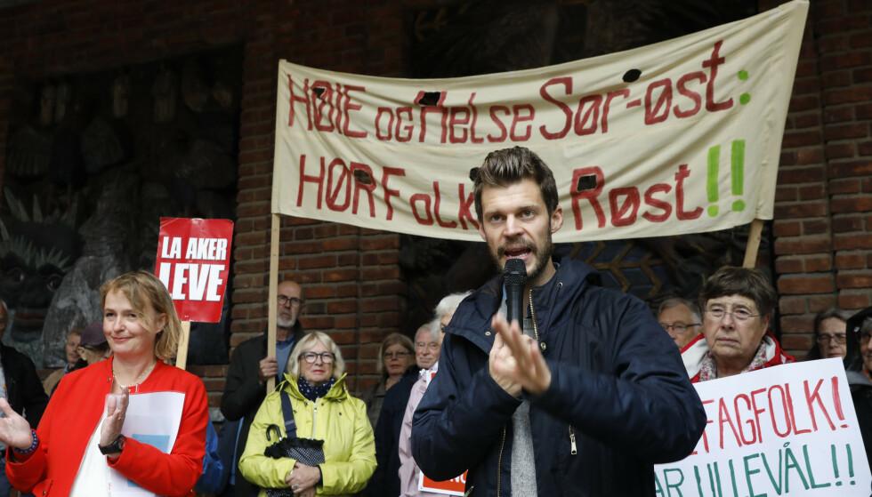 <strong>IKKE IMPONERT:</strong> Rødt-leder Bjørnar Moxnes er kraftig kritisk til nedleggelsen av Ullevål sykehus. Her på en demonstrasjon mot nedleggelsen foran Oslo-rådhus i november 2018. Foto: Ole Berg-Rusten / NTB scanpix