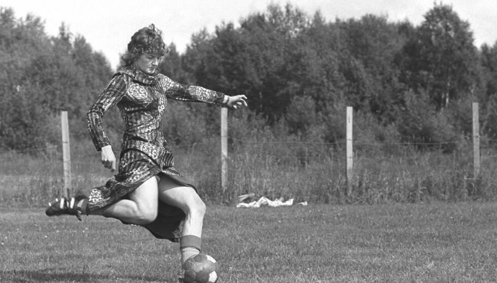 TIDLIG UTE: I 1972 fikk Norge sin første kvinnelig profesjonelle fotballspiller. Her er Sif Kalvø avbildet i 1972 på Sletta inne i Hatlane i Ålesund. Foto: Odd Ween Aktuell / Scanpix