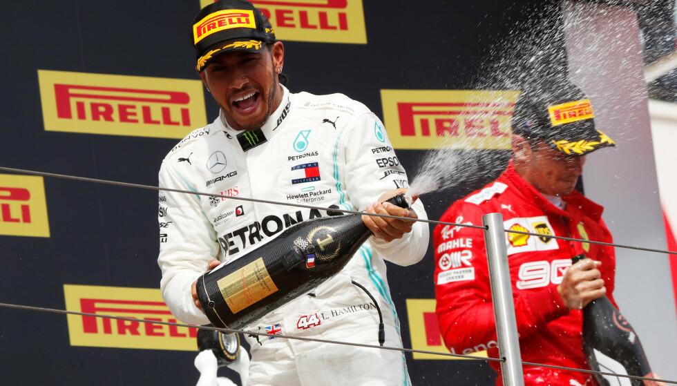 PÅ TOPPEN IGJEN: Lewis Hamilton fortsetter å være suveren. Søndag vant han foran sin finske lagkamerat Valtteri Bottas. Her sammen med Ferraris Charles Leclerc på seierspallen. Den unge Ferrari-føreren ble nummer tre. Foto: NTB/Scanpix