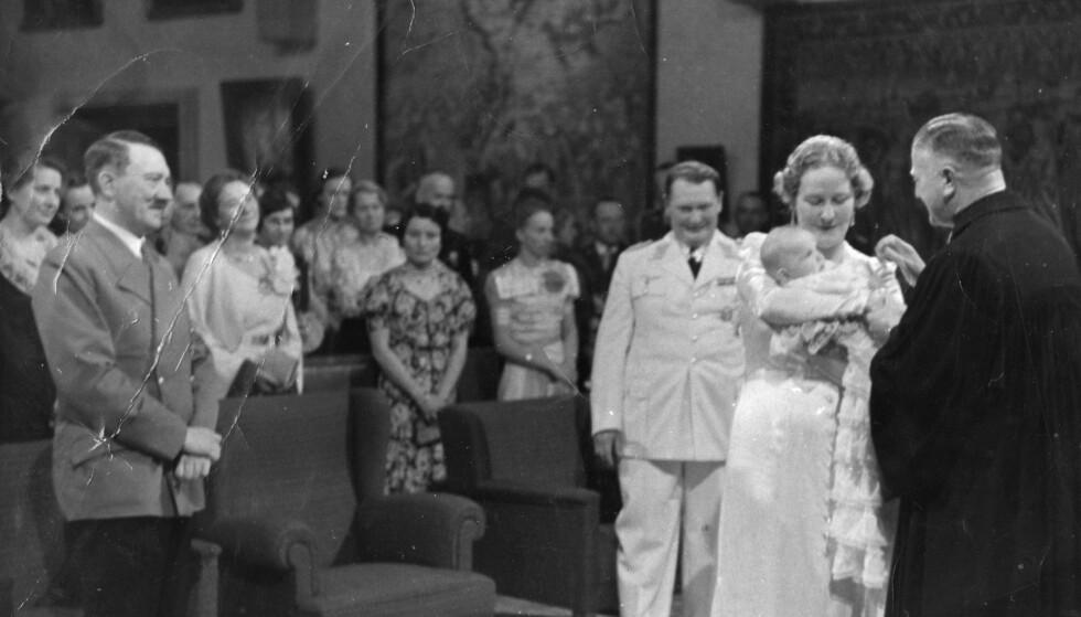 FADDER: Den fem måneder gamle Edda blir døpt - med Adolf Hitler som fadder. Foto: AP