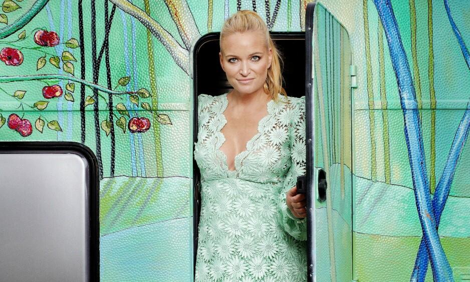 EGENKOMPONERT: Marte Krogh har alltid vært opptatt av mote og design, og begynte å sy allerede i barnehagealder. Hun har ansatt en syerske, som setter sammen kreasjonene Marte tegner. Akkurat som denne grønne kjolen. Foto: Agnete Brun / Dagbladet