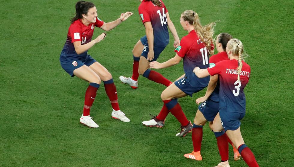 STORE FORSKJELLER: Vinneren av fotball-VM for menn får over 13 ganger så mye utbeltat i bonuser fra FIFA som kvinnene. Her jubler de norske jentene etter å ha tatt seg videre til kvartfinalen. Foto: NTB/Scanpix