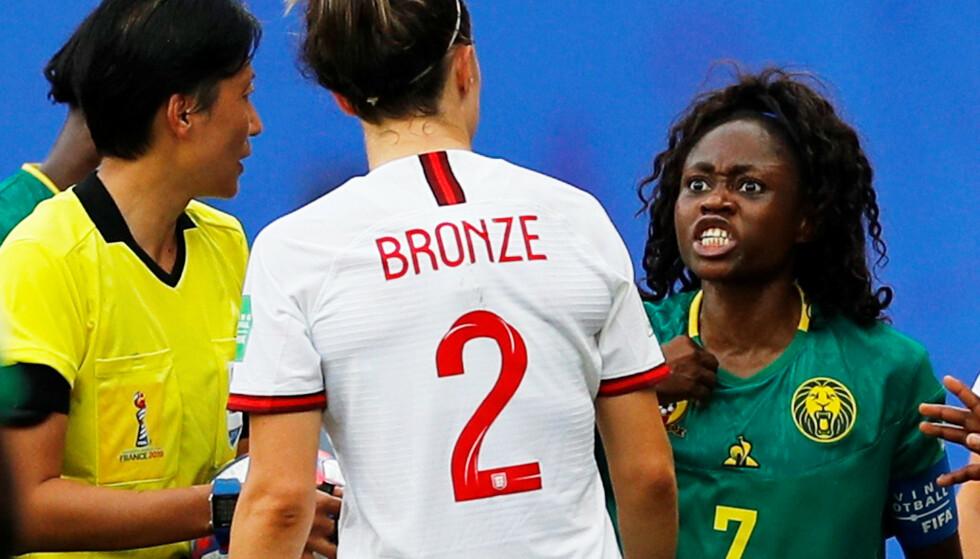 KRANGEL: Gabrielle Aboudi Onguene i krangel med Lucy Bronze. Foto: NTB scanpix