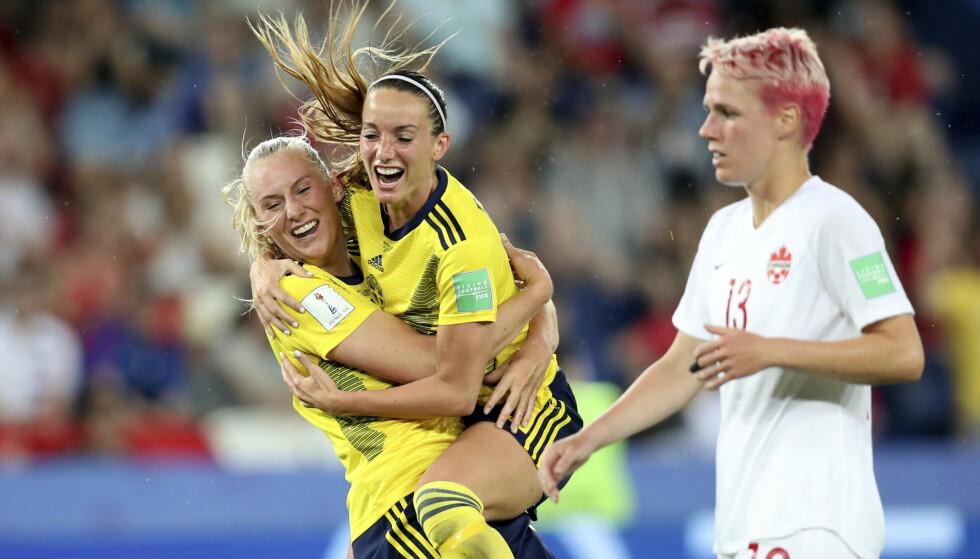 VIDERE: Stina Blackstenius (til venstre) ble matchvinner mot Canada. Foto: AP Photo/Francisco Seco