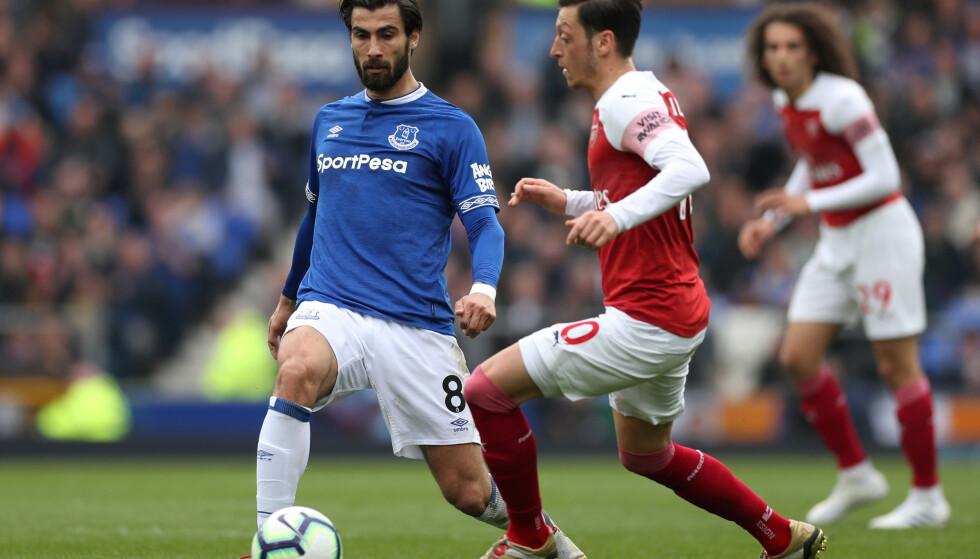 OVERGANGEN GJØRES PERMANENT: André Gomes er klar for Everton, etter å ha tilbrakt forrige sesong på lån i klubben. Her i duell med Arsenals Mesut Özil. Foto: NTB/Scanpix