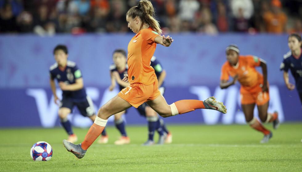 SIKKER FRA STRAFFEMERKET: Nederlands Lieke Martens satte ballen i mål på overtid. Foto: NTB/Scanpix